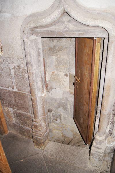 Porte d'accès à l'escalier dans le mur Ouest (photo F. Chommy - Grahlf)