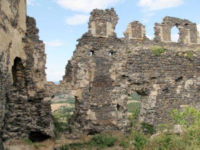 Mauzun. Intérieur du donjon. Mur Nord. Créneaux murés ; baies (photo F. Chommy)